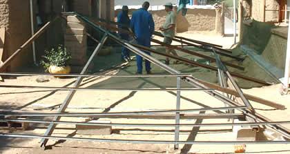 Casas de arcilla ahora con techos de estructura met lica for Tejabanes para terrazas