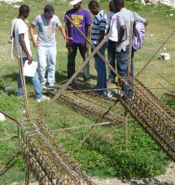 El Ing. Franklin Martínez, de EcoSur Nicaragua en los terrenos de la escuela DABALOR en LianCourt